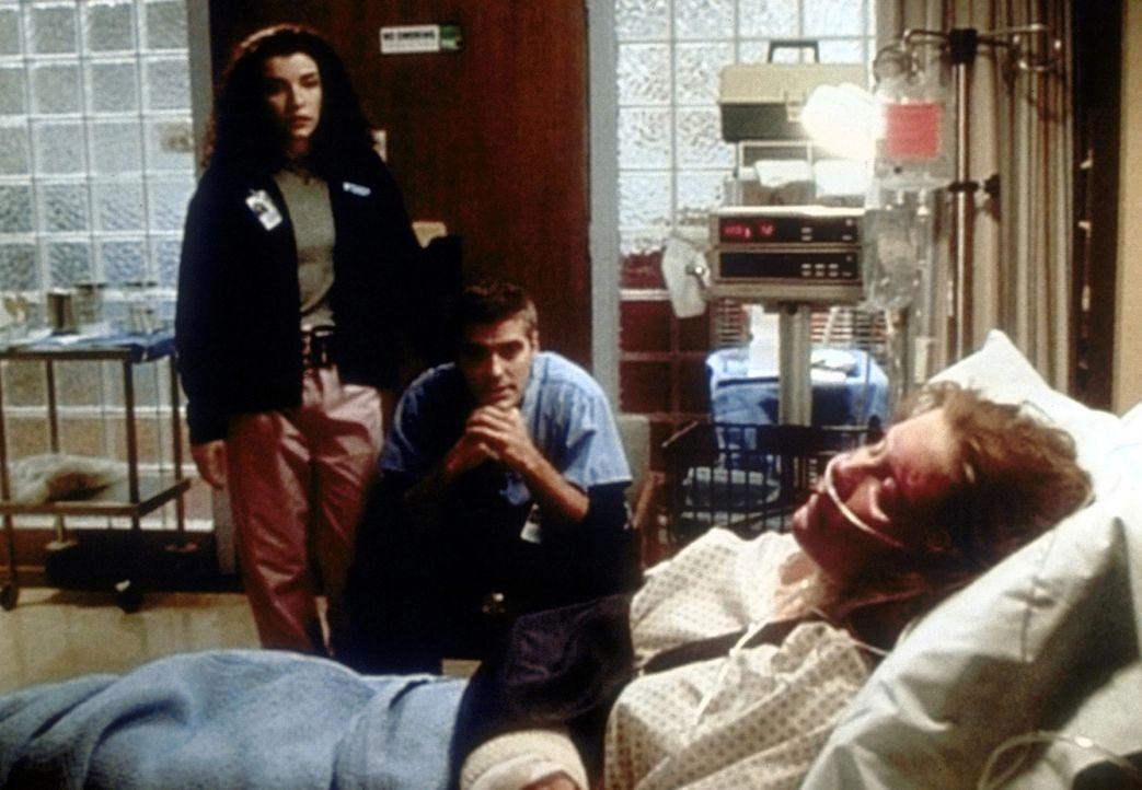 Als Charlie (Kirsten Dunst, r.) brutal zusammengeschlagen und vergewaltigt wird, fühlt sich Dr. Douglas Ross (George Clooney, M.) nicht ganz unschu... - Bildquelle: TM+  2000 WARNER BROS.