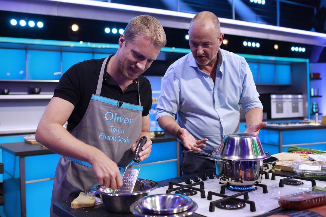 Wird es Frank Rosin (r.) tatsächlich gelingen, Oliver Pocher (l.) beim Kochen so weit zu unterstützen, dass er einen schmackhaften Löffel kreieren k... - Bildquelle: Benedikt Müller SAT.1