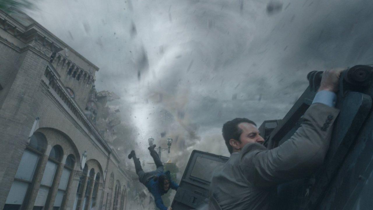 Der Wirbelsturm nimmt ungeahnte Ausmaße an und legt ganz Silverton lahm. Gary (Richard Armitage) im Kampf gegen mächtige Naturgewalten ... - Bildquelle: 2014   Warner Bros.