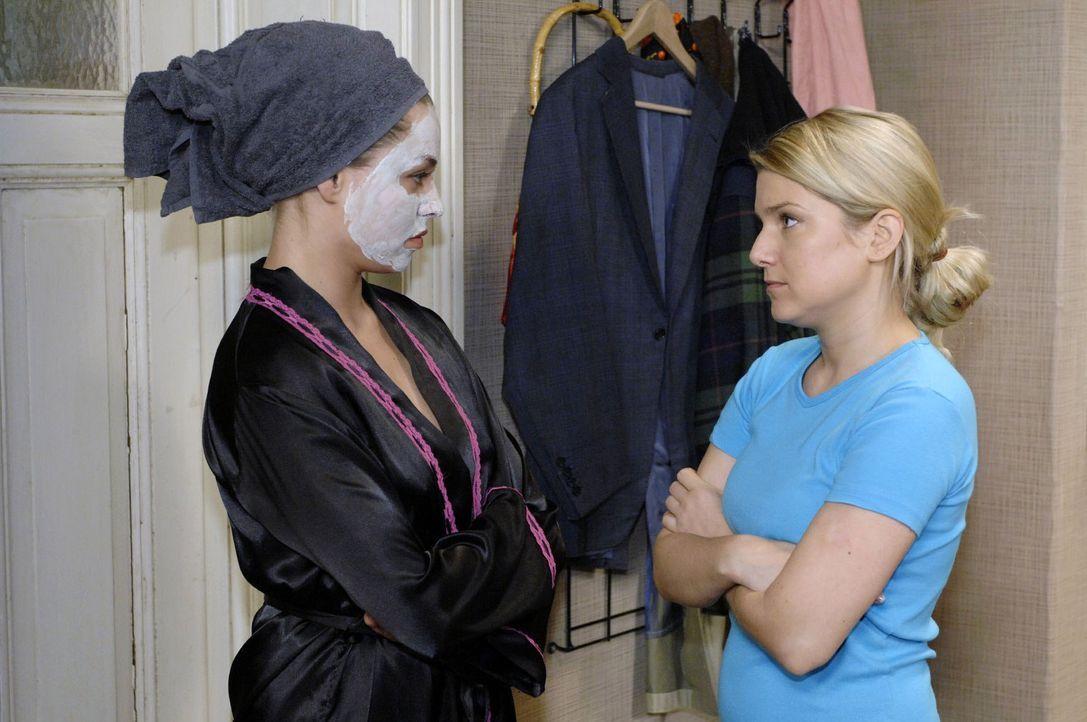 Katja (Karolina Lodyga, l.) versucht vergeblich herauszufinden, was Anna (Jeanette Biedermann, r.) mit Jonas besprochen hat. - Bildquelle: Oliver Ziebe Sat.1