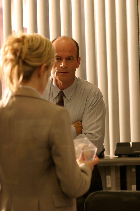 Det. Lilly Rush (Kathryn Morris, l.) überreicht ihrem Vorgesetzten Lt. John Stillman (John Finn, r.) wichtiges Beweismaterial. - Bildquelle: Warner Bros. Television