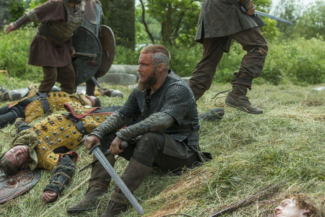 Zieht mit seinen Männern für Prinzessin Kwenthrith in die Schlacht: Ragnar (Travis Fimmel) ... - Bildquelle: 2015 TM PRODUCTIONS LIMITED / T5 VIKINGS III PRODUCTIONS INC. ALL RIGHTS RESERVED.