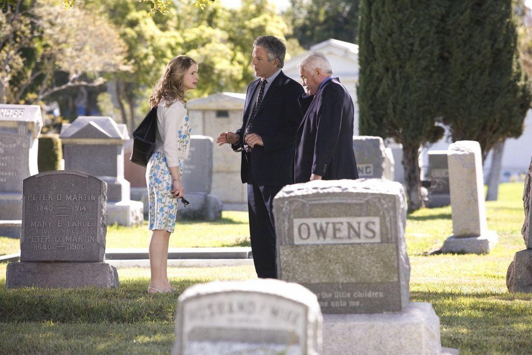 Bei der Beerdigung eines alten Kollegen sollen Flynn (Tony Denison, M.) und Provenza (G.W. Bailey, r.) als Sargträger fungieren, doch die Last des S... - Bildquelle: Warner Brothers