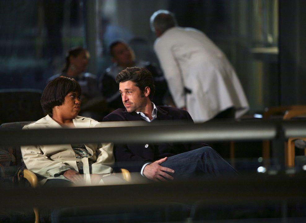 Derek (Patrick Dempsey, r.) macht Bailey (Chandra Wilson, l.) ein Geständnis aus seiner Schulzeit ... - Bildquelle: Touchstone Television