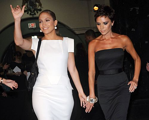 Victoria Beckham und Jennifer Lopez bei der Mercedes-Benz Fashion Week 2008 in New York. - Bildquelle: getty - AFP