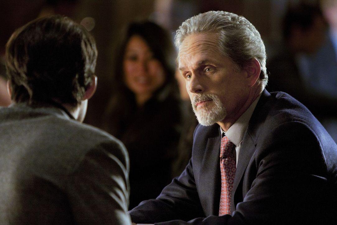 Henry (Kristoffer Polaha, l.) trifft sich mit seinem Schwiegervater Tim Arbogast (Gregory Harrison, r.), um ihm ein Angebot zu unterbreiten ... - Bildquelle: 2011 THE CW NETWORK, LLC. ALL RIGHTS RESERVED