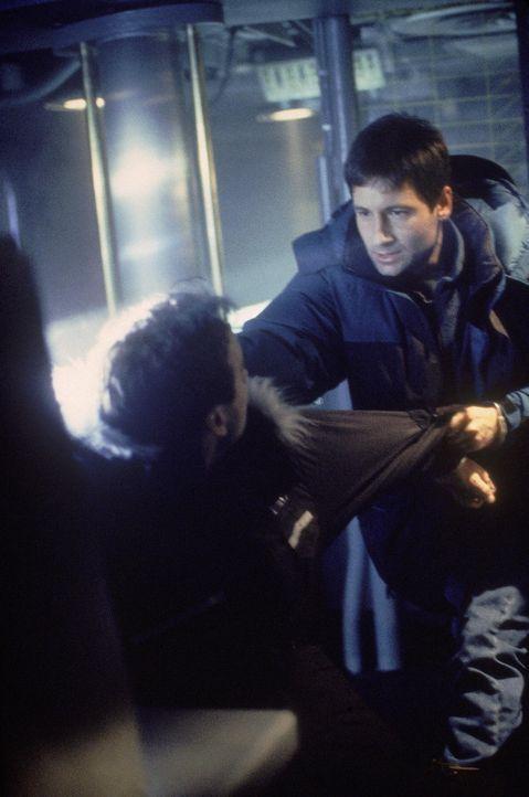 Außerirdische haben Dana Scully in ihrer Gewalt. Mulder (David Duchovny, r.) tut alles, um seiner Kollegin aus deren Fängen zu befreien ... - Bildquelle: TM +   Twentieth Century Fox Film Corporation. All Rights Reserved.