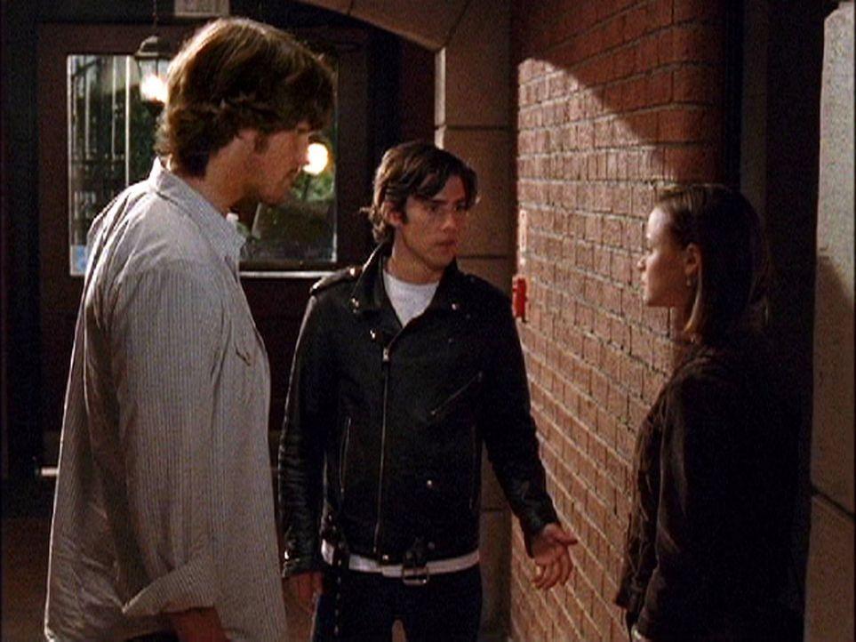 Während in Stars Hollow eine Kostümhochzeit bevorsteht, wartet auf Dean (Jared Padalecki, l.), Jess (Milo Ventimiglia, M.) und Rory (Alexis Bledel,... - Bildquelle: 2003 Warner Bros.