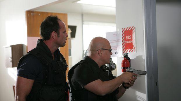 Zusammen mit Vendrell (Walton Goggins, l.) versucht Mackey (Michael Chiklis,...