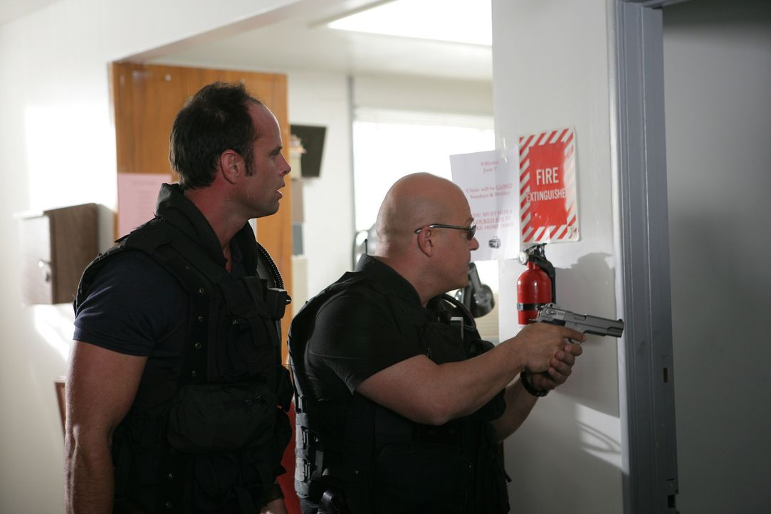 Zusammen mit Vendrell (Walton Goggins, l.) versucht Mackey (Michael Chiklis, r.) Guardo zu einem Fehler zu verleiten ... - Bildquelle: 2007 Twentieth Century Fox Film Corporation. All Rights Reserved.