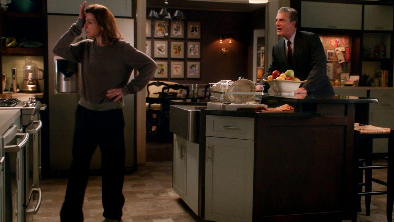 Alicias (Julianna Margulies, l.) Nerven liegen blank und ihr Ex-Mann Peter (Chris Noth, r.) macht es nicht besser ... - Bildquelle: 2014 CBS Broadcasting, Inc. All Rights Reserved