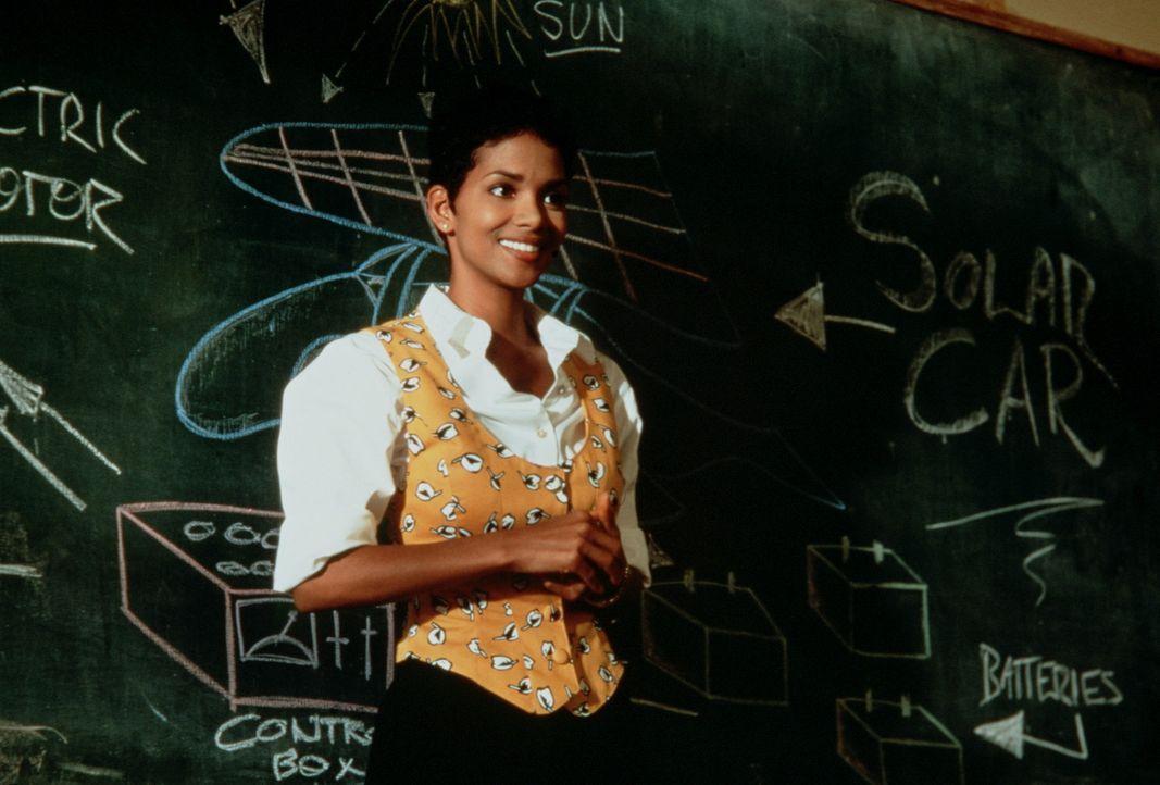 Als Sandra Beecher (Halle Berry) als neue Lehrerin an die Kona Pali-Highschool auf Hawaii kommt,  trifft sie auf unmotivierte Schüler. Um diese aus... - Bildquelle: TriStar Pictures