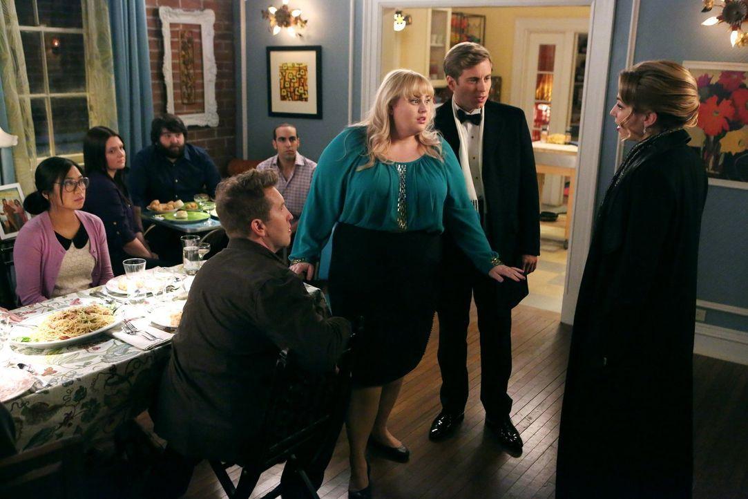 Eigentlich wollte Kimmie (Rebel Wilson, 2.v.l.) eine entspannte Dinner-Party für James (Nate Torrence, l.) schmeißen, doch als Richard (Kevin Bishop... - Bildquelle: Warner Brothers