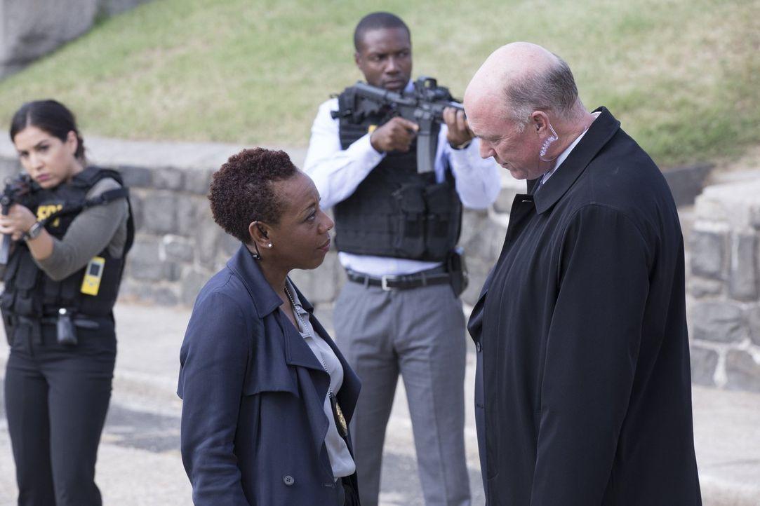Zunächst gelingt es Mayfair (Marianne Jean-Baptiste, vorne l.), Carter (Michael Gaston, vorne r.) daran zu hindern, Jane zu erschießen. Jetzt bedroh... - Bildquelle: Warner Brothers