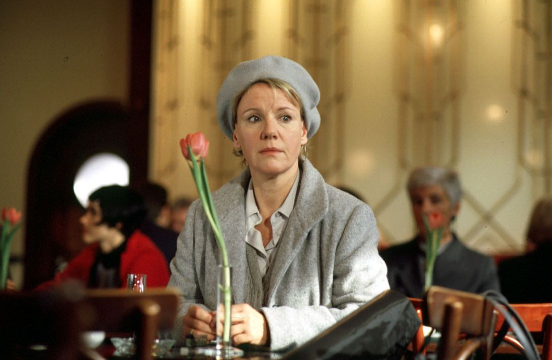 Helen (Mariele Millowitsch) ist ein Mauerblümchen sondergleichen - sogar der Busfahrer übersieht sie an der Haltestelle. Ihr Leben gerät langsam... - Bildquelle: Thorsten Jander Sat.1