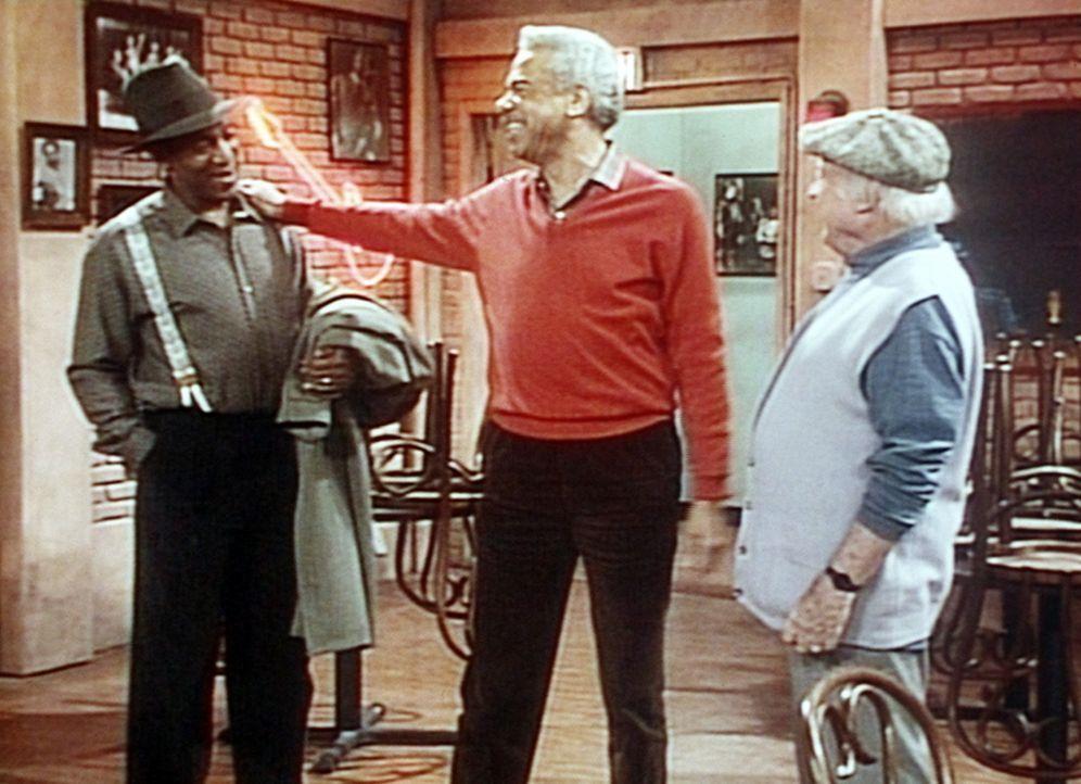 Russell (Earle Hyman, M.) stellt seinem alten Freund Slim (Dub Taylor, r.) seinen Sohn Cliff (Bill Cosby, l.) vor. - Bildquelle: Viacom