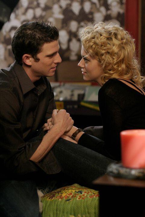 Zwischen Peyton (Hilarie Burton, r.) und Jake (Bryan Greenberg, l.) knistert es gewaltig ... - Bildquelle: Warner Bros. Pictures
