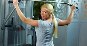 Beim Latziehen werden vor allem die Rückenmuskeln trainiert. Ideal für alle,...