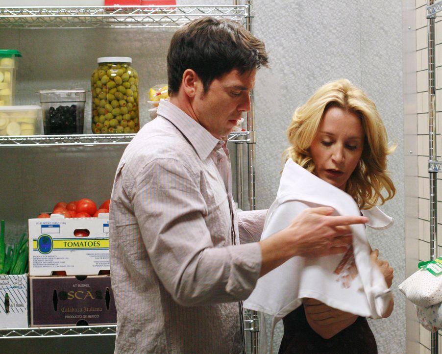 Gerade als Lynette (Felicity Huffman, r.) und Rick (Jason Gedrick, l.) den Arbeitstag mit einem gemütlichen Abendessen zu zweit ausklingen lassen, w... - Bildquelle: 2005 Touchstone Television  All Rights Reserved