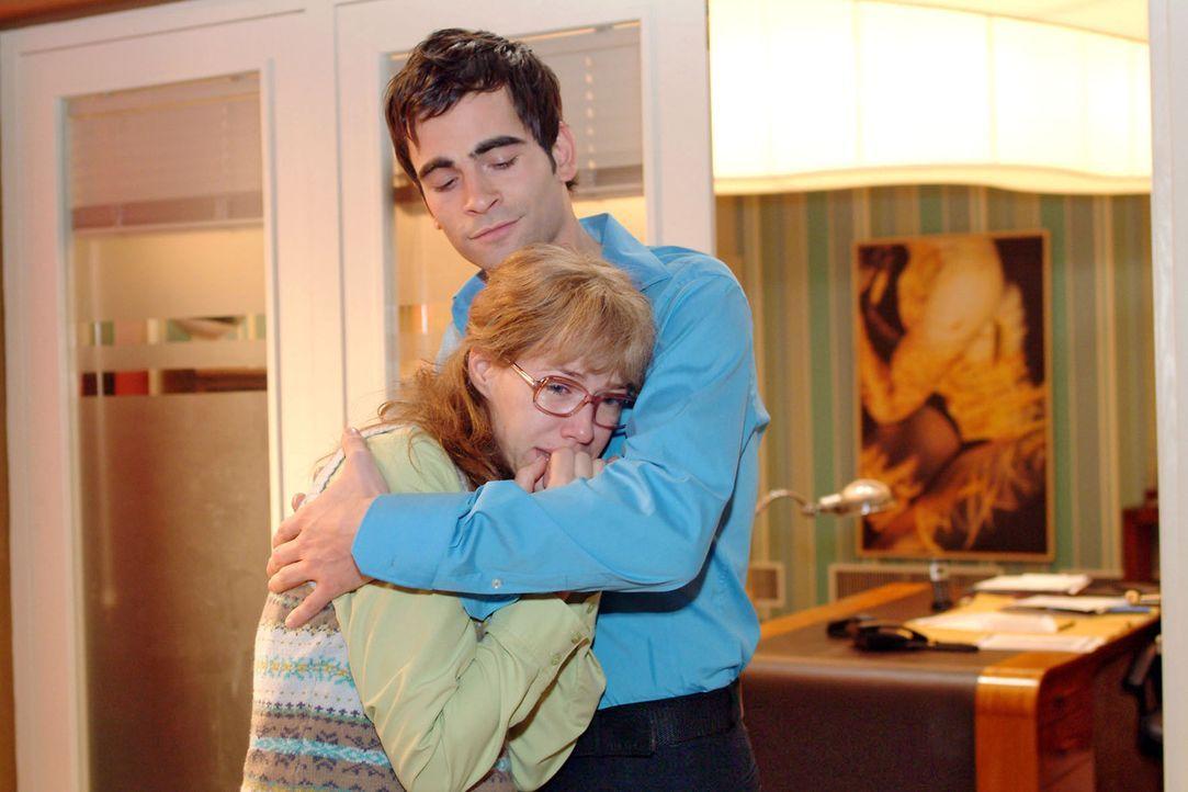 Nachdem Lisa (Alexandra Neldel, l.) weinend an ihrem Schreibtisch zusammengebrochen ist, findet sie plötzlich Trost in Davids (Mathis Künzler, r.) A... - Bildquelle: Monika Schürle Sat.1
