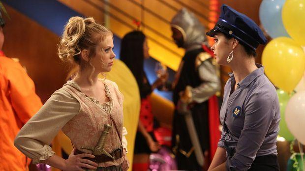 Um Chloe (Krysten Ritter, r.) vor dem bösen Erwachen zu retten, versucht June...