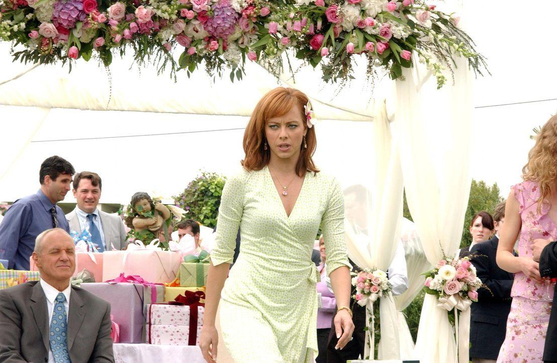 Als Julie (Melinda Clarke, M.) ihre Schwester Cindy auf ihrer Verlobungsfeier sieht, ist sie außer sich vor Wut ... - Bildquelle: Warner Bros. Television