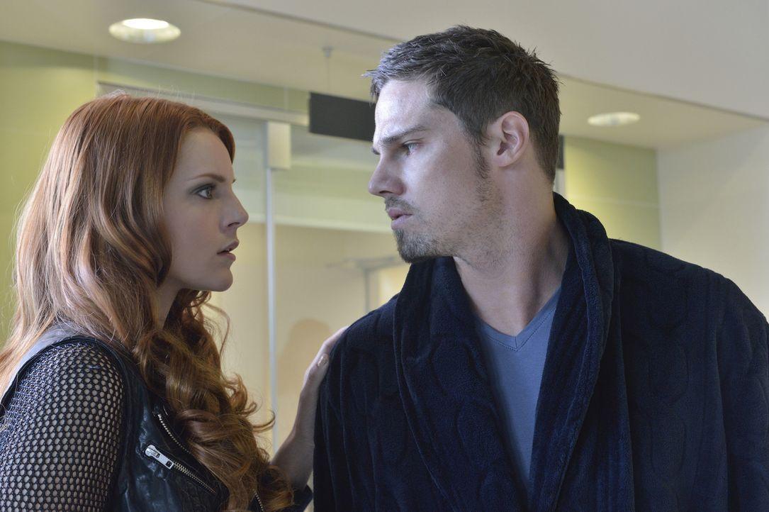 Vincent (Jay Ryan, r.) hat so starke Verletzungen, dass er in ärztliche Behandlung muss, jedoch hört er nicht auf den Rat von Cat und Tori (Amber Sk... - Bildquelle: 2013 The CW Network, LLC. All rights reserved.