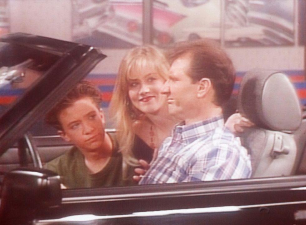 (v.l.n.r.) Bud (David Faustino), Kelly (Christina Applegate) und Al (Ed O'Neill) finden, dass der Ford Mustang genau das richtige Auto für sie wäre. - Bildquelle: Sony Pictures Television International. All Rights Reserved.