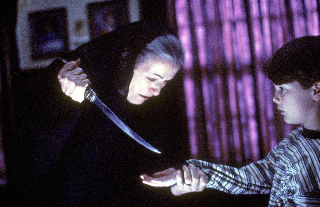 Die alte Rumänin Golda (Lilyan Chauvin, l.) behauptet, dass ihr Enkelsohn Charlie (Joel Palmer, r.) von einem Dämon besessen sei ... - Bildquelle: TM +   2000 Twentieth Century Fox Film Corporation. All Rights Reserved.