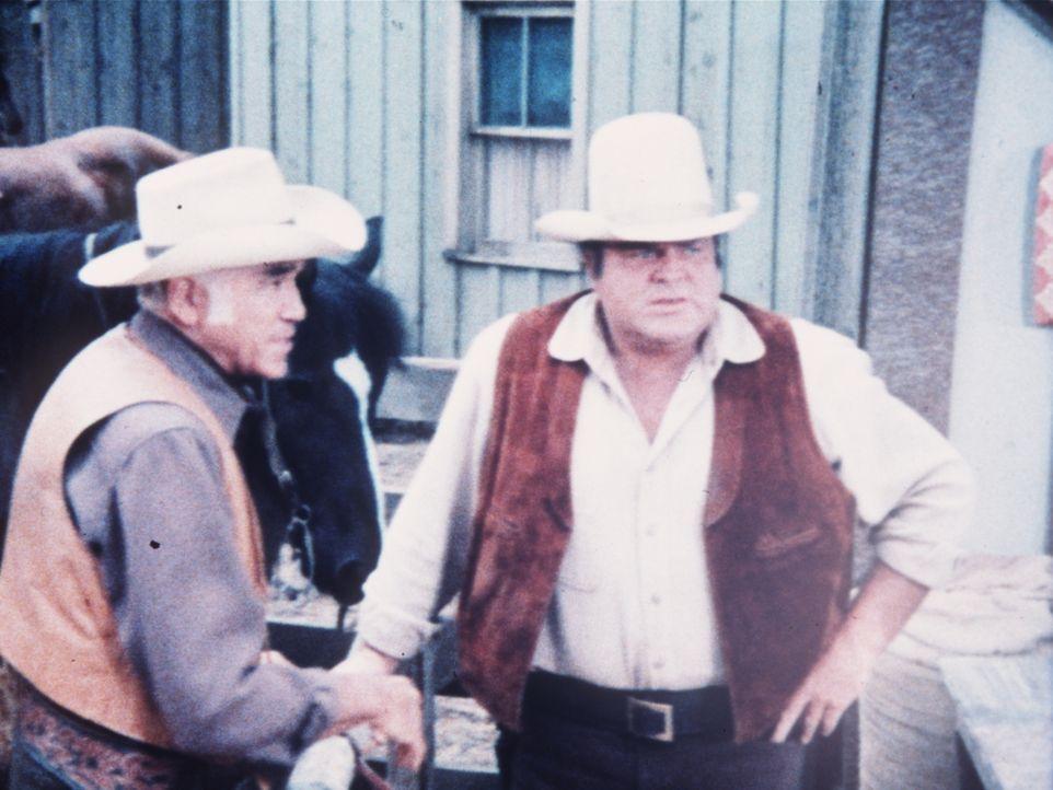 Ben Cartwright (Lorne Greene, l.) und sein Sohn Hoss (Dan Blocker, r.) sind Viehdieben auf der Spur ... - Bildquelle: Paramount Pictures