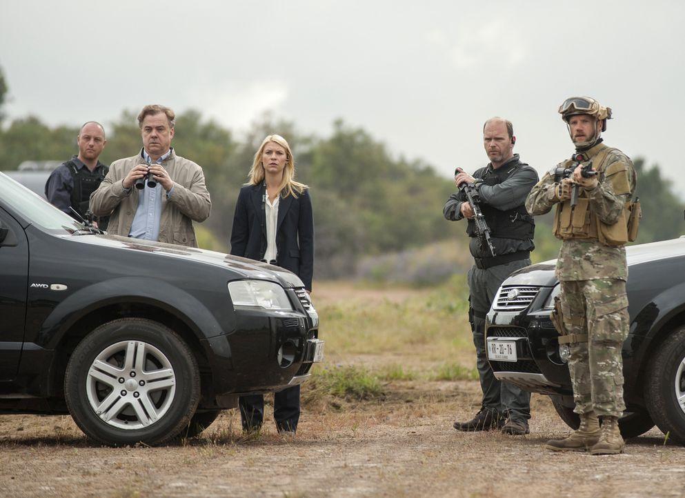 Der Austausch, Saul gegen fünf Top-Taliban-Terroristen, steht bevor: Carrie (Claire Danes, M.) und Redmond (Michael O'Keefe, 2.v.l.) sind bereit ... - Bildquelle: Homeland   2014 Twentieth Century Fox Film Corporation