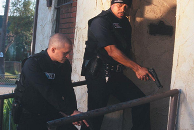 Ausgerechnet am Tag seines Internal-Affairs-Verhörs gerät Bad Cop Armando Sancho (Clifton Collins Jr., l.) dank seines unbeherrschten Partners Salim... - Bildquelle: Sony Pictures Television International. All Rights Reserved.