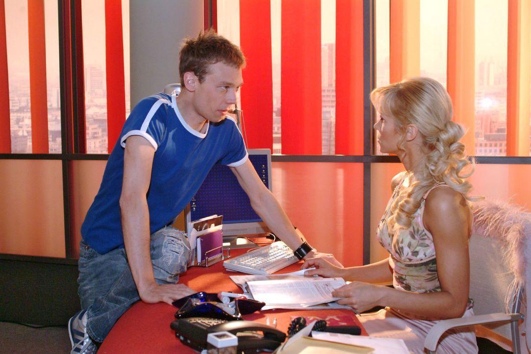 Jürgen (Oliver Bokern, l.) ist überrascht, als Sabrina (Nina-Friederike Gnädig, r.) ihm ein Ultimatum stellt. - Bildquelle: Monika Schürle Sat.1