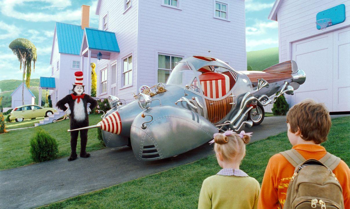 Der lustige Kater mit Hut (Mike Myers, l.) begibt sich mit Conrad (Spencer Breslin, r.) und Sally (Dakota Fanning, M.) auf eine weite Reise: ins Lan... - Bildquelle: TM &   2003 DreamWorks LLC. All Rights Reserved.