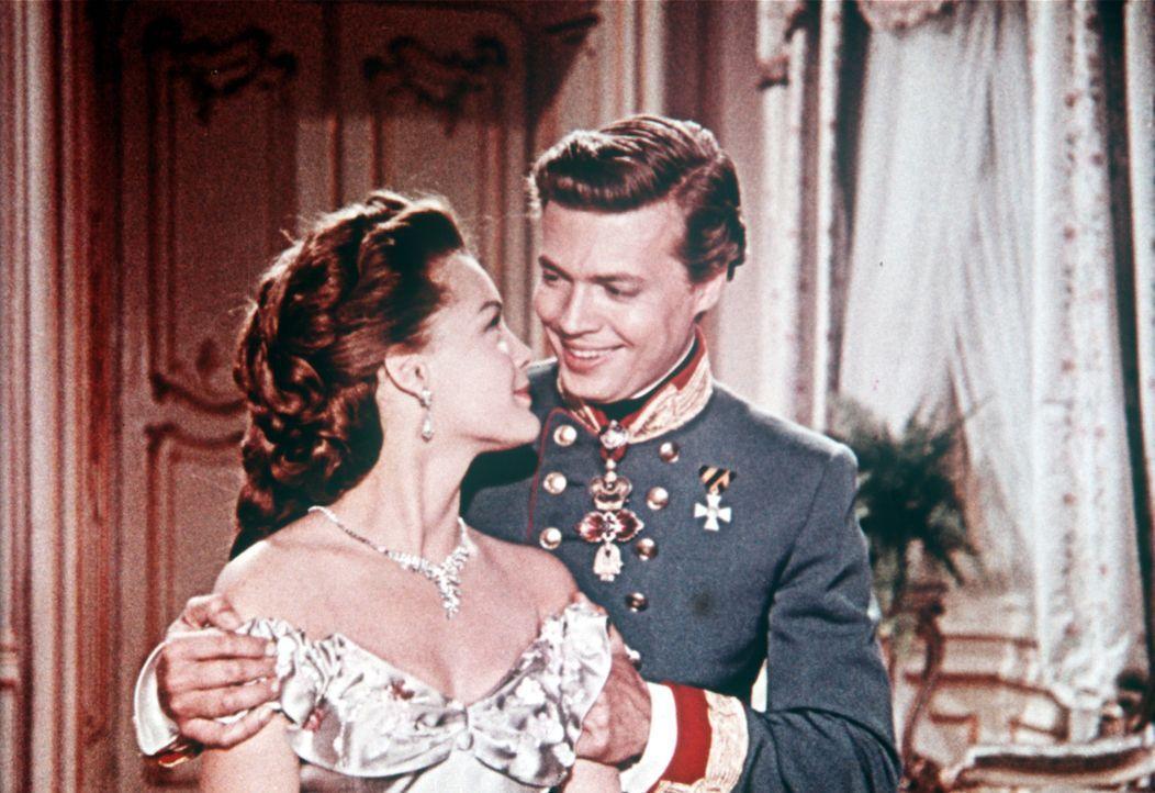 Die Liebe zwischen dem attraktiven Kaiser Franz-Joseph (Karlheinz Böhm, r.) und seiner Frau, der bezaubernden Sissi (Romy Schneider, l.), ist unerm... - Bildquelle: Herzog-Filmverleih