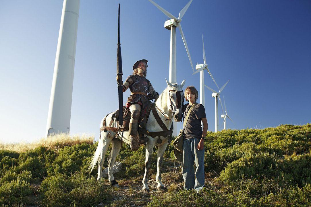 Don Quichote lebt noch! Der 12-jährige Moritz (Johann Hillmann, r.) begegnet in Spanien zufällig einem wunderlichen Reiter, der behauptet, der legen... - Bildquelle: Christian Hartmann Sat.1