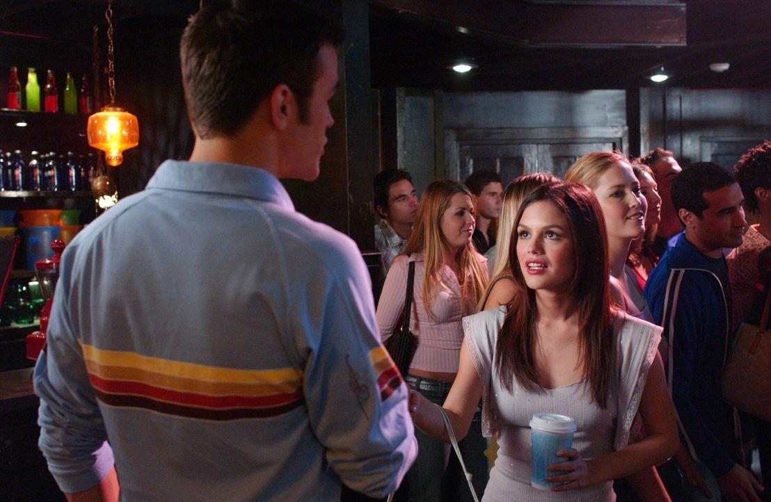 Zach traut seinen Augen kaum, er sieht Summer (Rachel Bilson, r.) mit einem anderen Typen (Michael Simpson, l.), obwohl diese einen Frauenabend gepl... - Bildquelle: Warner Bros. Television