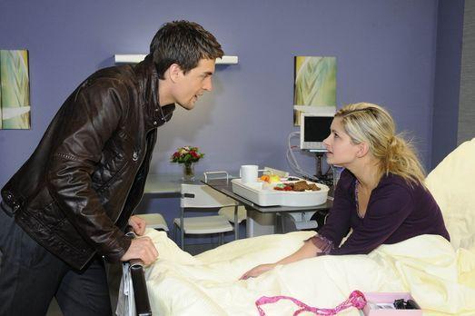 Da sich Lars (Alexander Klaws, l.) große Sorgen um Mia (Josephine Schmidt, r....
