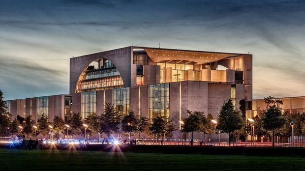 Schon von Weitem wirkt die moderne Architektur und die schiere Größe des Bund...