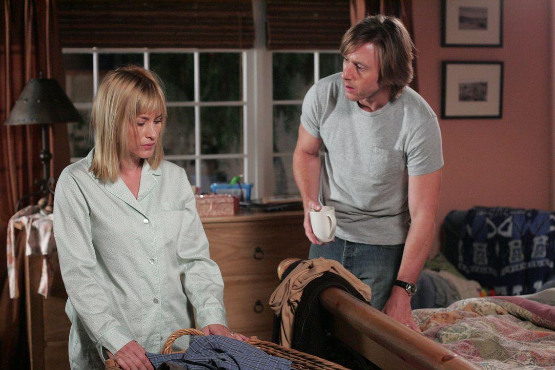Joe (Jake Weber, r.) macht sich Sorgen um seine Frau Allison (Patricia Arquette, l.) die neuerdings schlafwandelt ... - Bildquelle: Paramount Network Television