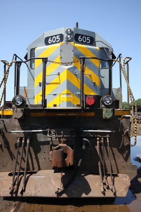 Aus alt mach neu: Schrottreife Diesellokomotiven werden bei der National Railway Equipment Company in Mt. Vernon, Illinoisin ihre Einzelteile zerleg... - Bildquelle: Louie, Tobias NGT