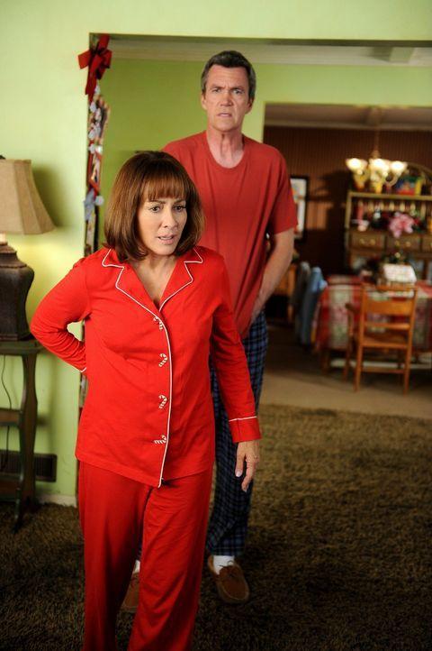 Mike (Neil Flynn, hinten) und Frankie (Patricia Heaton, vorne) freuen sich auf ein gemütliches Weihnachtsfest, doch dann fallen Frankies Eltern in d... - Bildquelle: Warner Brothers