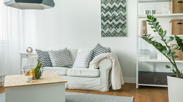 Kleines Zimmer eingerichtet in hellen Farben