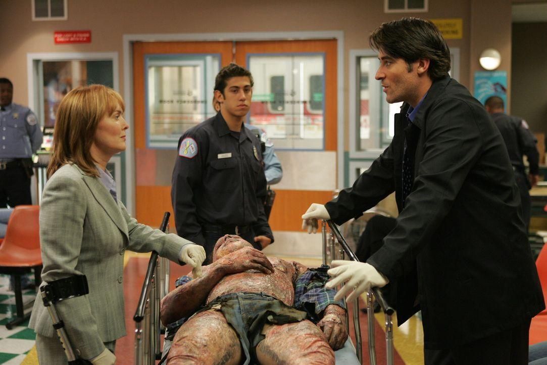 Kerry (Laura Innes, l.) und Luka (Goran Visnjic, r.) kümmern sich um einen neuen Patienten, der mit schwersten Verbrennungen eingeliefert wurde ... - Bildquelle: Warner Bros. Television