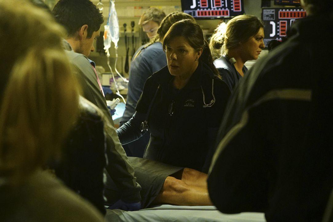 Dr. Taylor hilft Leanne (Marcia Gay Harden, M.) dabei, Geld im Budget aufzutreiben, um zu verhindern, dass Jesse und die Krankenschwestern streiken.... - Bildquelle: Richard Cartwright 2015 ABC Studios