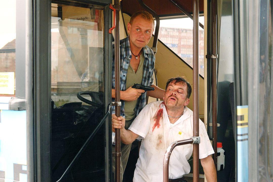 Robert (Devid Striesow, l.) hat den Bus und Olaf Waller (Ole Puppe, r.), den neuen Lebensgefährten seiner Freundin, in seine Gewalt gebracht. - Bildquelle: Hardy Spitz Sat.1