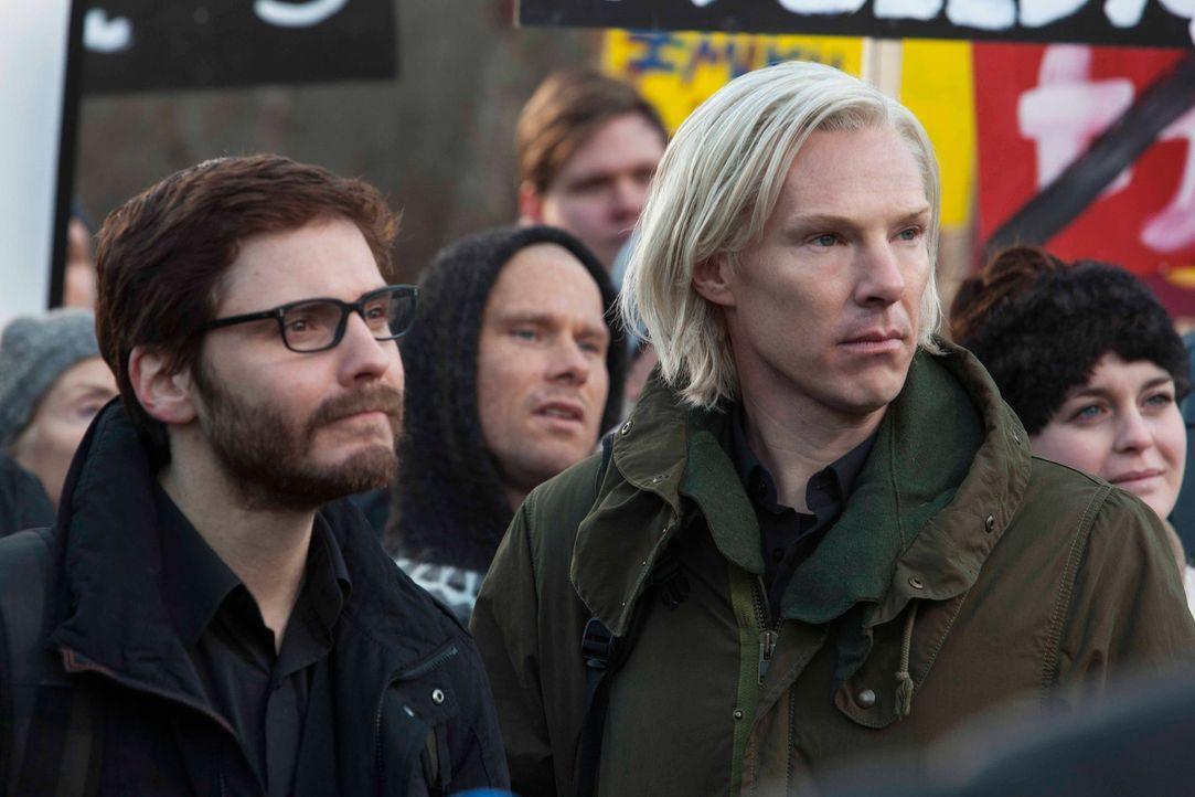 """Seitdem Daniel Domscheit-Berg (Daniel Brühl, l.) und Julian Assange (Benedict Cumberbatch, r.) die Website """"WikiLeaks"""" entwickelt haben, stehen sie... - Bildquelle: 2013 - DreamWorks II Distribution Co., LLC. All Rights Reserved."""