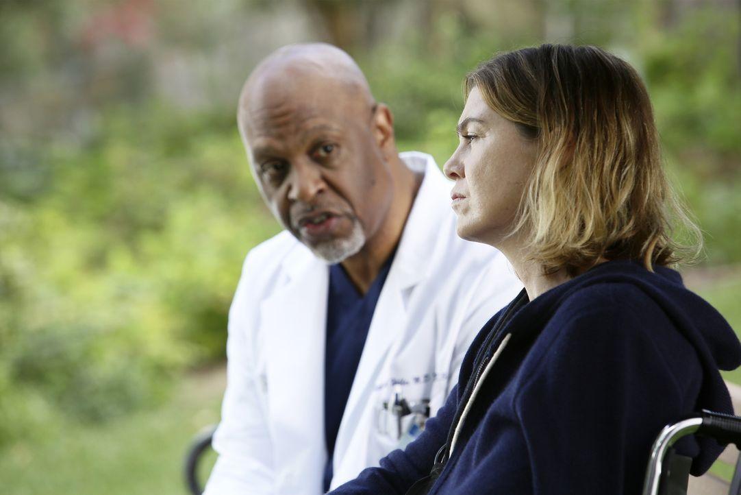 Plötzlich wird Meredith (Ellen Pompeo, r.) brutal von einem Patienten angegriffen. Ihr Kollegen und Webber (James Pickens Jr., l.) machen sich große... - Bildquelle: Nicole Wilder ABC Studios