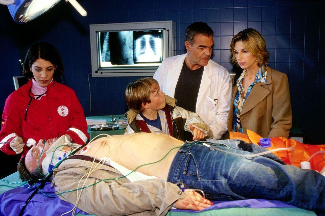 David Schatz (Woody Mues, M.) hat den Autounfall besser überstanden als sein Vater Peter (Dietmar Mues, liegend). Dr. Bolten (Michael Greiling, 2.v....