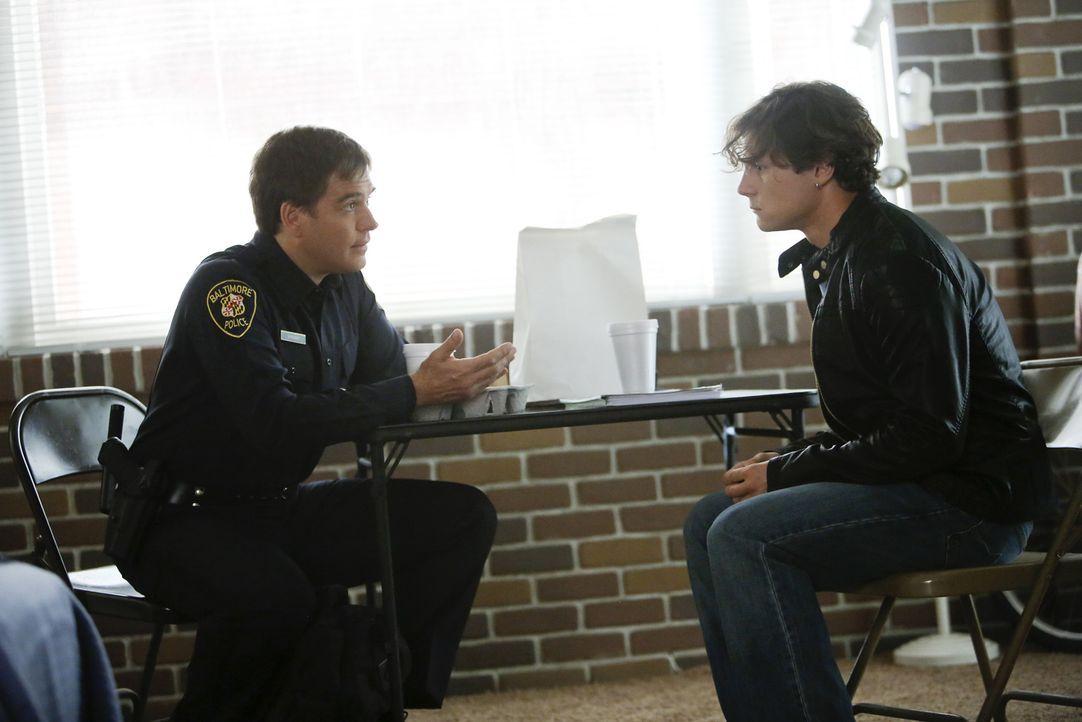 Tony (Michael Weatherly, l.) erinnert sich an seine Zeit im Baltimore Police Department, als er einen Verdächtigen (Augustus Prew, r.) aus einem 15... - Bildquelle: CBS Television